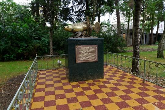 Памятник рыбке гамбузия